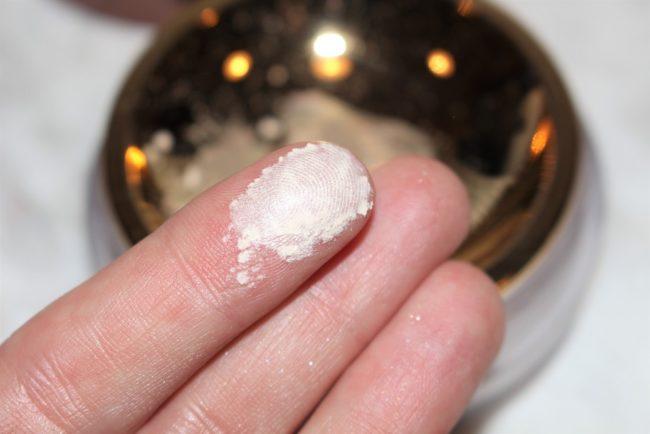 hourglass-veil-translucent-setting-powder-swatch-3-650x434